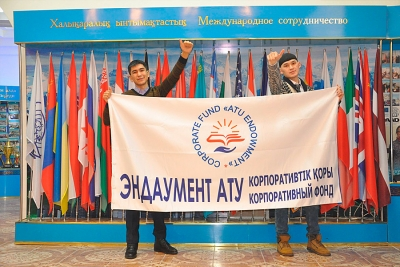 "The official flag ""Endowment ATU"" in the hands of the winners of the startup competition"